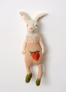 Kirsten Brünjes 'Hase und Erdbeere' wandfiguur